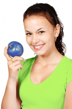 Frau mit Apfel umgefärbt