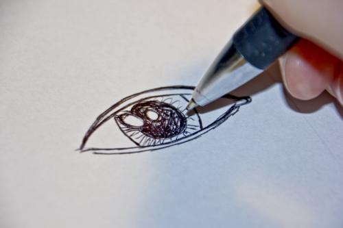 Ein Auge mit Kugelschreiber zeichnen