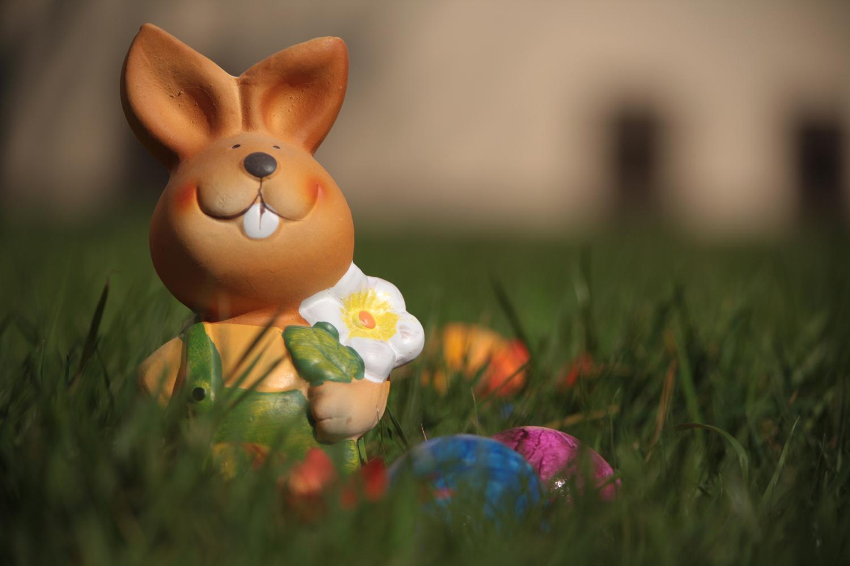 Kostenlose Ostern Zeichenvorlagen - Osterhasenfigur mit Ostereier
