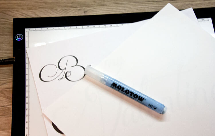 Leuchttisch: Vorlage, Aquarellpapier und Maskiermarker