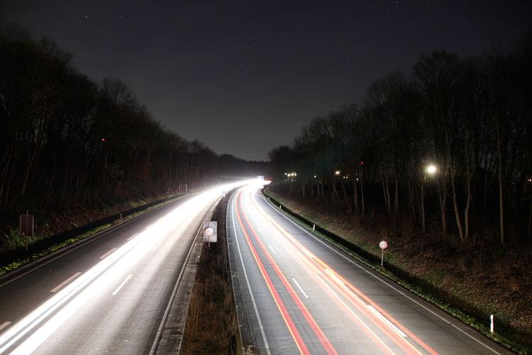 Langzeitbelichtung an der Autobahn
