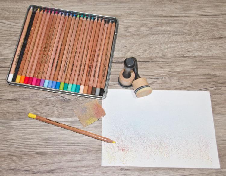 Mit Schmirgelpapier Farbpulver abreiben und verwischen