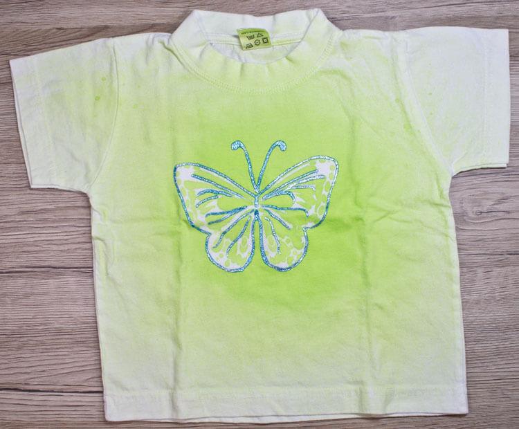 Babyshirt mit gesprühtem Schmetterling
