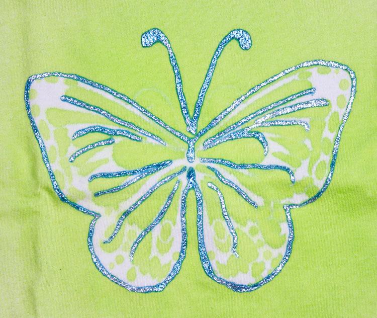 Babyshirt mit gesprühtem Schmetterling - Datailansicht