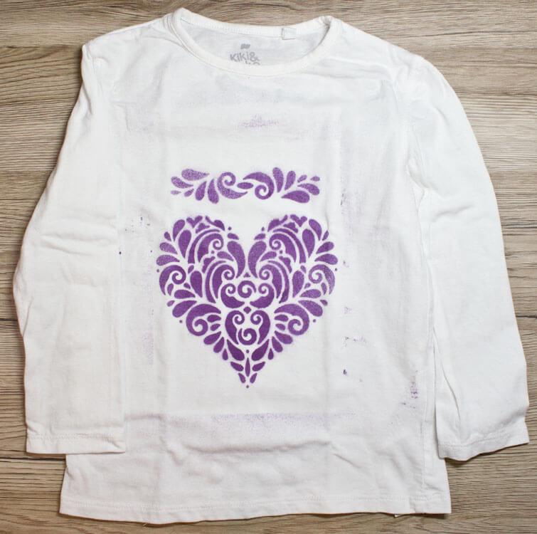 Mädchen Shirt mit Fashion-Spray besprüht
