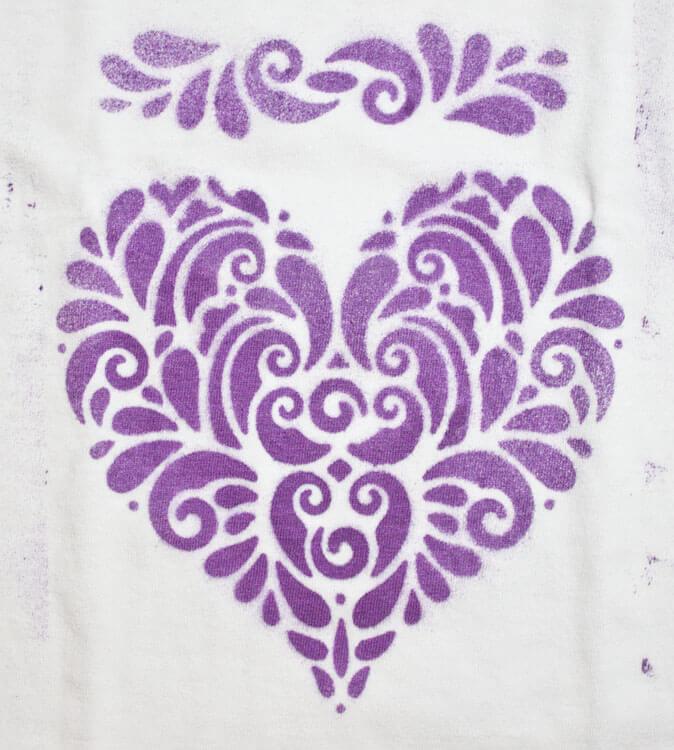 Mädchen Shirt mit Fashion-Spray besprüht- Detailansicht