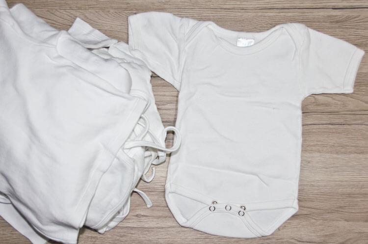 Weiße Babykleidung (Lätzchen, Shirts und Babybody)