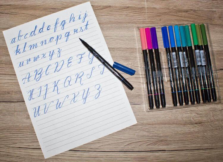 Brush Letter Alphabetübungen und Pinselstifte