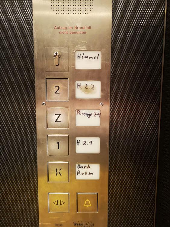 Der humorvolle Aufzug