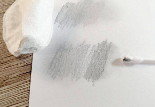 Bleistift mit Wattepad und Wattestäbchen verwischen
