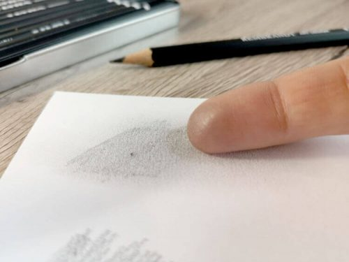 Bleistiftlinien verwischen mit dem Finger