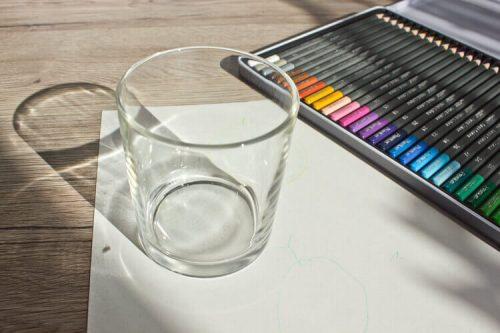 Das Glas und die Buntstifte - Formen zeichnen