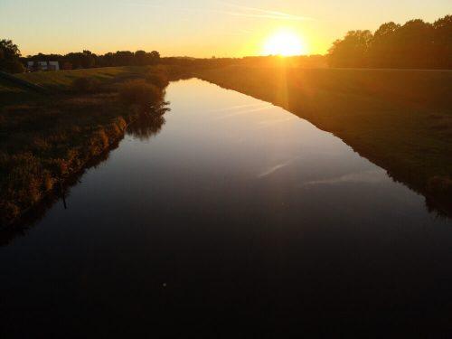 Fluss Fotovorlage: Flusslandschaft Sonnenuntergang 3