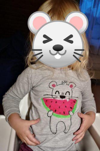 Kind trägt bemaltes Shirt mit Lieblingsmotiv