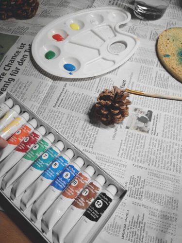 Tannenzapfen mit Acrylfarbe bemalen