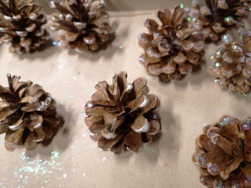 Tannenzapfen mit Glitter und Silberglanz verzieren