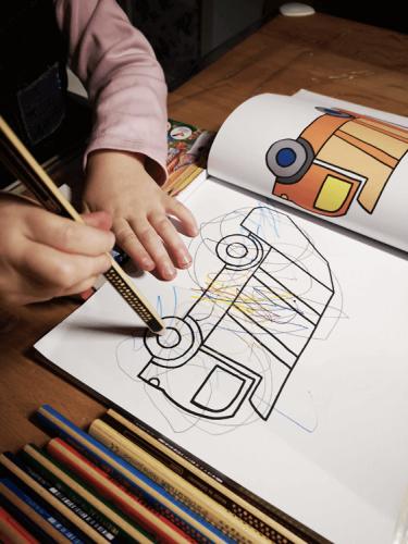 Malbücher für Kinder: Kind kritzelt Linien