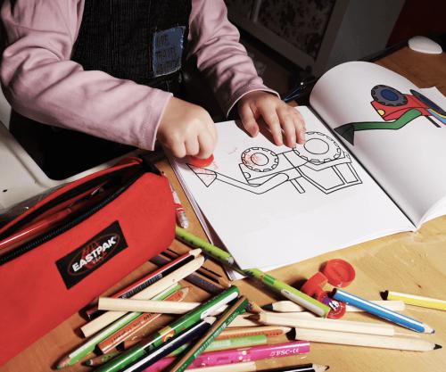 Kind malt in Ausmalbuch