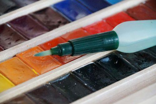 Aquarellfarbe: Näpfe und Wassertankpinsel Detailansicht
