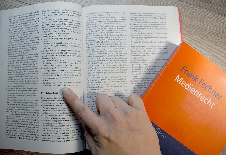 Buch über Medienrecht studieren