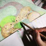 Zwei süße Mäuse zeichnen mit Buntstiften